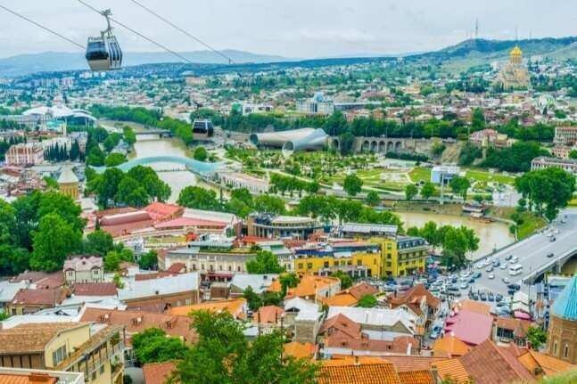 ტროტუარებზე ავტომობილებია, საპირფარეშოები მოუწესრიგებელია – ტურისტების პრობლემები თბილისში