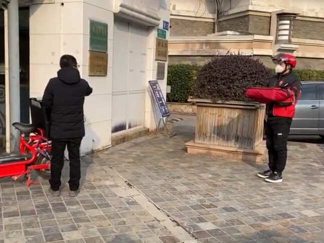 ჩინეთში KFC-იმ და Pizza Hut-მა მომხმარებელს უკონტაქტო მიწოდების სერვისი შესთავაზეს
