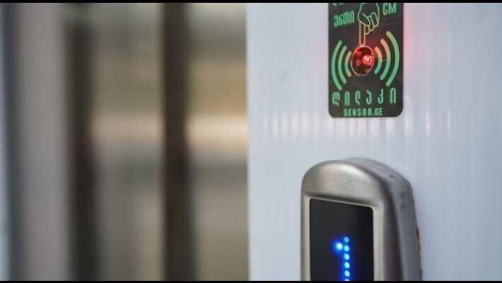 sensor.ge-ის გუნდმა სენსორული ღილაკი შექმნა, რომლის გამოყენებისთვისაც უშუალო შეხება საჭირო არაა
