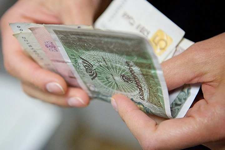 How much the volume of paid salaries decreased in September?