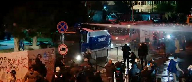 პოლიცია ცესკოს გარშემო შეკრებილი მომიტინგეების წინააღმდეგ წყლის ჭავლს იყენებს