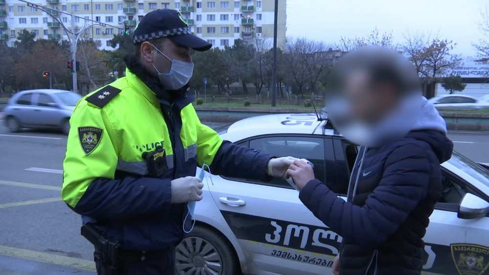 პოლიციამ 2 კოვიდინფიცირებული დააჯარიმა, რომლებიც ტაქსაობდნენ