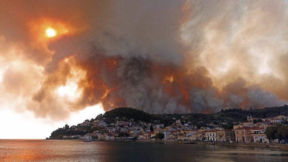 საბერძნეთში ტყის ხანძრებს ებრძვიან - კუნძულ ევიას ადამიანები ნავებით ტოვებენ