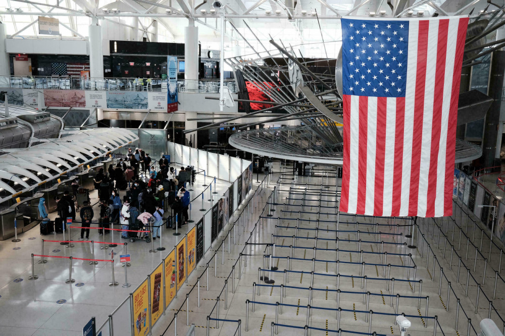 აშშ აცრილ უცხოელებს საჰაერო გზით ქვეყანაში შესვლის ნებას დართავს - Bloomberg